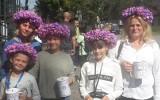 """Skawina. W Parku Miejskim zakwitły krokusy. Fioletową łąkę zapoczątkowały panie z Razemkowa """"sadząc"""" bibułkowe kwiaty"""