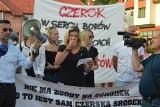 """W Czersku protestowali przeciw filii Ośrodka dla """"Bestii"""": - My nie chcemy pedofili, by dzieci gonili!"""