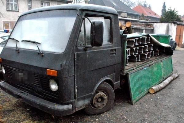 11 lutego dzielnicowy z Zawadzkiego zatrzymał samochód, na którym było m. in.125 metrów skradzionych szyn kolejowych. W związku z tym aresztowano dwóch mężczyzn.