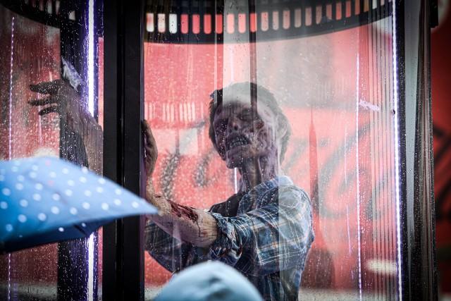 """Zombie stoi przy wejściu do Dworca PKP w Katowicach. To promocja filmu """"Armia Umarłych"""" Snydera na Netflix.Zobacz kolejne zdjęcia. Przesuń zdjęcie w prawo - wciśnij strzałkę lub przycisk NASTĘPNE"""