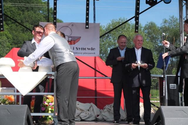 Właściciele firmy: Karol, Wojciech i Maciej Kania podczas jubileuszu zakładu w Pawłowiczkach.
