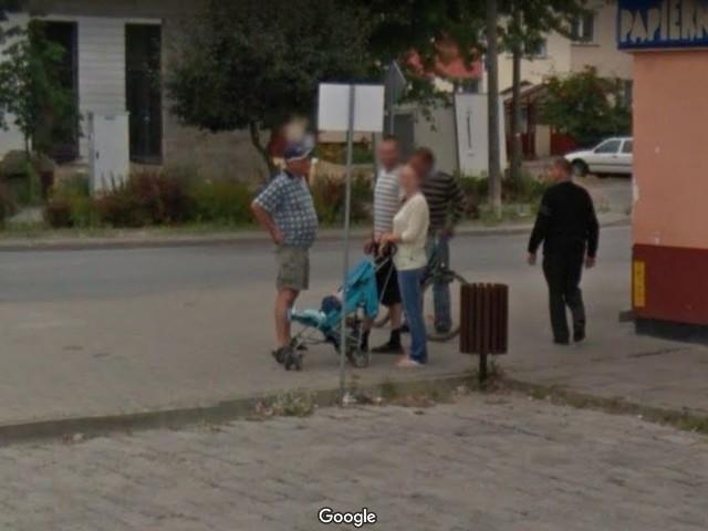 W Google Street View automatycznie zamazywane są ludzkie twarze i tablice rejestracyjne samochodów, ale na zdjęciach można rozpoznać siebie lub kogoś znajomego po charakterystycznej sylwetce, ubraniu lub miejscu. A może to ciebie upolowała kamera Google'a - na spacerze z psem, w czasie zakupów lub podczas rowerowej przejażdżki po Białobrzegach?>