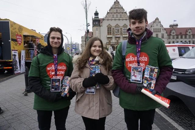 Mimo zimna i deszczu wolontariusze Wielkiej Orkiestry Świątecznej Pomocy od samego rana zbierają na ulicach Poznania pieniądze do puszek. Zobacz ich zdjęcia ----->