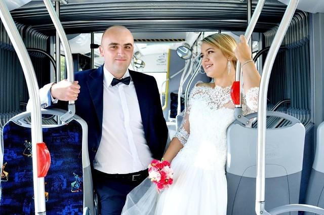 Sesja ślubna w autobusie