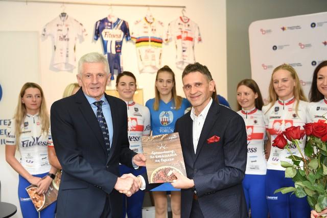 Aleksander Wasilewski (z prawej), prezes tytularnego sponsora - firmy CCP Toruń - Pacific gratuluje trenerowi Leszkowi Szyszkowskiemu