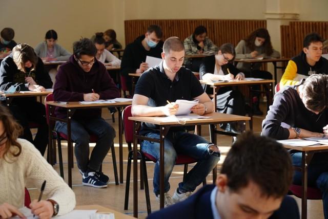 Zdający oraz inne osoby uczestniczące w przeprowadzaniu egzaminu maturalnego i ósmoklasisty są zwolnione z obowiązku zakrywania ust i nosa jeżeli w trakcie egzaminu odległość pomiędzy poszczególnymi osobami wynosi co najmniej 1,5 metra.
