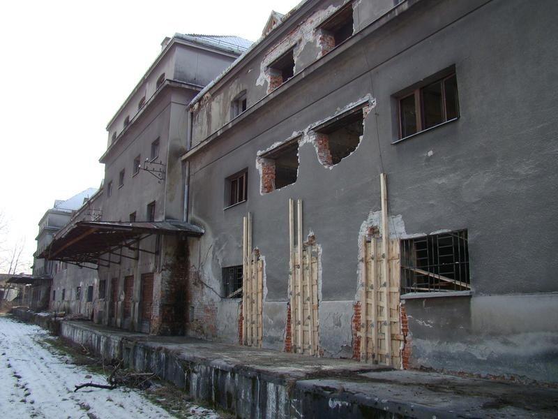 Oświęcim. Kampus Państwowej Wyższej Szkoły Zawodowej powiększy się o trzeci duży gmach. Trwa przebudowa historycznego obiektu [ZDJĘCIA]