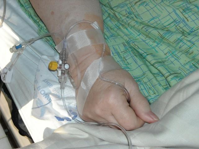 Remdesivir to antywirusowy lek podawany chorym na COVID-19 przez okres 5-10 dni w formie kroplówki. Jedna jego dawka to niestety koszt ok. 10 tysięcy złotych.