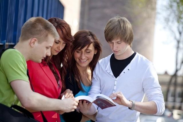 Uczniowie szkół ponadgimnazjalnych w trakcie rozwiązywania zadania podczas wcześniejszej edycji Ekonomicznej Gry Ulicznej.