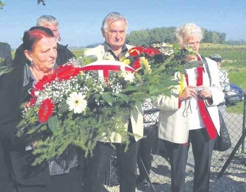 Uczestnicy uroczystości złożyli kwiaty pod obeliskiem w Lapidarium.