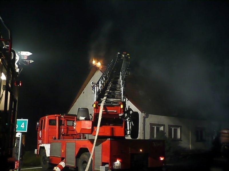 Pożar budynku gasiło około 30 strażaków zawodowych i...