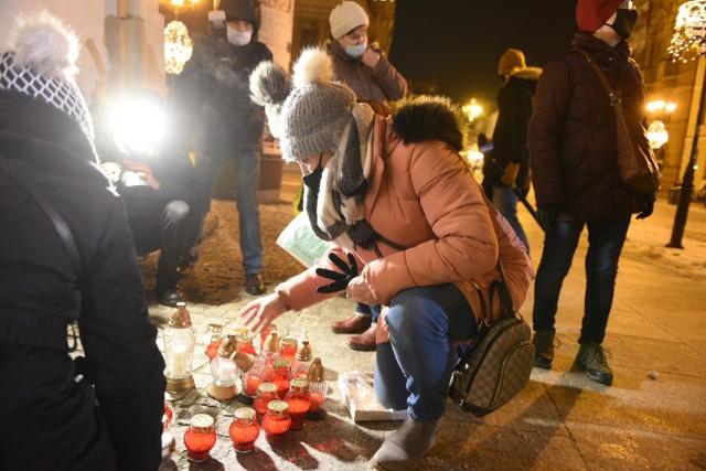 """W czwartek wieczorem, przed tablicą """"Solidarności"""" na kościele jezuitów utworzono z zapalonych zniczy serce - światło pamięci."""