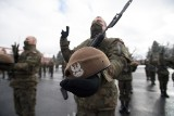 Żołnierze 12 Brygady Obrony Terytorialnej złożyli przysięgę, ale rodzin nie wpuszczono do jednostki