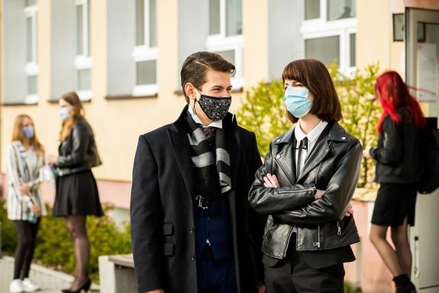 Julia Gadzinowska i Ryszard Kimmel, maturzyści z V LO w Bydgoszczy, nie ukrywali, że przed egzaminem z języka polskiego się denerwowali. Z sali wyszli zadowoleni.