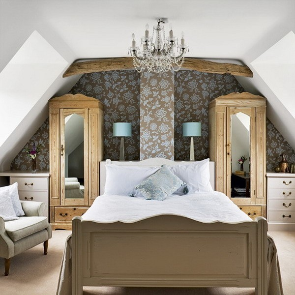 Sypialnia na poddaszu Postawienie łóżka w miejscu, gdzie są skosy, pozwoliłoby na wykorzystanie powierzchni, którą trudno zagospodarować, ale świadomość, że codziennie, wstając, można się zapomnieć i uderzyć głową w ścianę, przekonuje do rezygnacji z tego pomysłu.