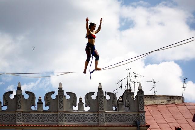 Na dachach miasta - Urban Highline FestivalFestiwal poświęcony chodzeniu po taśmach po raz kolejny będzie towarzyszył Carnavalowi Sztukmistrzów. W tym roku liny zostaną rozpięte pomiędzy urzędami przy Wieniawskiej, między Bramą Krakowską i Ratuszem, Trybunałem Koronnym i kamienicami na Rynku, a także między Wieżą Trynitarską a archikatedrą. Chodzący po linach dostaną również nowe miejsce nad ul. Grottgera: między Centrum Spotkania Kultur a Lubelskim Centrum Konferencyjnym.Piątek-niedziela, Stare Miasto i Śródmieście, od godz. 12.00