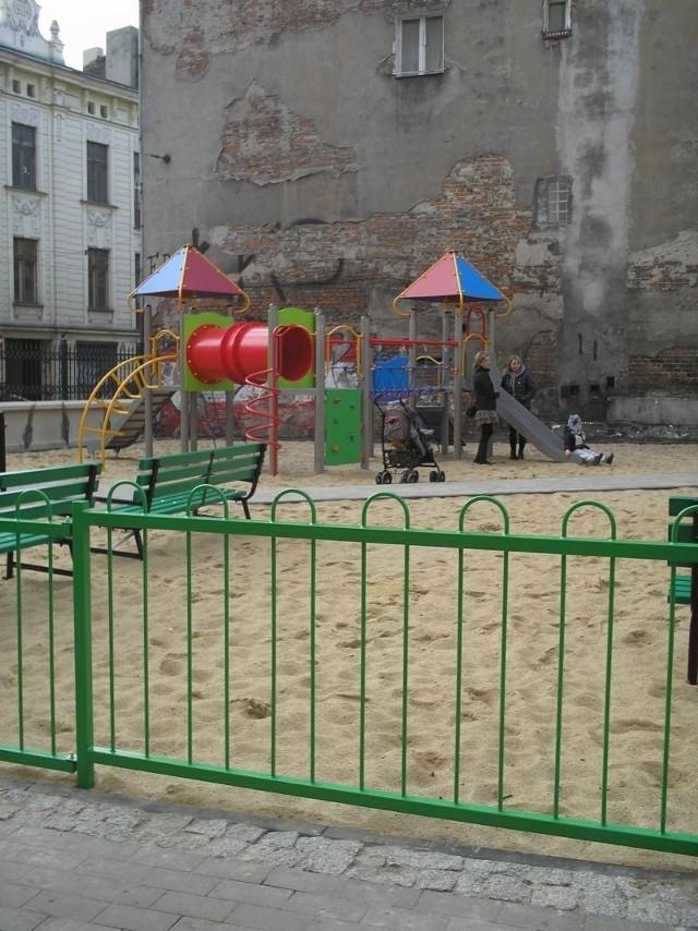 Plac zabaw został zbudowany na pustej działce między starymi, zaniedbanymi kamienicami, w miejscu, gdzie kiedyś stały budki warzywne.