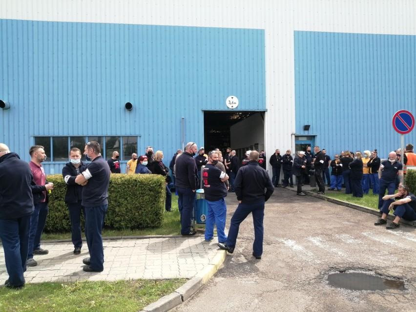 Strajkujący pracownicy przed zakładem Nexteer Automotive w...