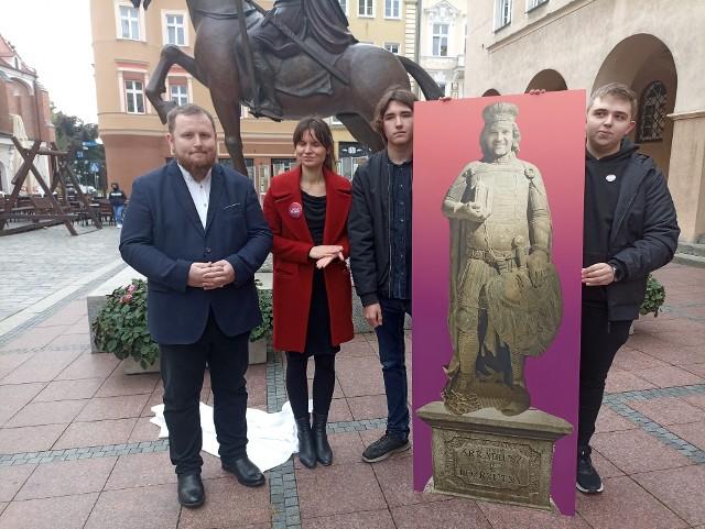 """Na znak sprzeciwu politycy przedstawili pomnik prezydenta Opola - """"Arkadiusza I Rozrzutnego"""", który ich zdaniem powinien stanąć przed nowym stadionem."""