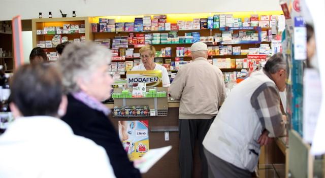 Ostrzeżenia GIF: wycofane lekiGłówny Inspektor Farmaceutyczny wycofał z obrotu na terenie całego kraju popularne leki. Na liście znalazły się między innymi rozkurczowa Spasmolina czy antydepresant Andepin.CZYTAJ TEŻ | GIF WYCOFUJE KOLEJNE LEKI. POPULARNE LEKI WYCOFANE Z OBROTU, W TYM LEKI PRZECIWBÓLOWE I NA ZAPARCIAJak czytamy w decyzji GIF opublikowanej na stronie internetowej, po przeprowadzeniu inspekcji w dniach 16-18 kwietnia 2019 roku u wytwórcy Przedsiębiorstwo Farmaceutyczno-Chemiczne SYNTEZA Sp. z o.o. GIF podjął decyzję owycofaniu z obrotu na terenie całej polski aż pięciu produktów leczniczych.CZYTAJ TEŻ | GIF WYCOFUJE Z OBROTU ZNANE PRODUKTY LECZNICZEAle wycofanie leków z obrotu nie było jedyną decyzją po dużej kontroli przeprowadzonej przez Główny Inspektorat Farmaceutyczny u wytwórcy tych produktów leczniczych. GIF podjął także decyzję o zakazie Prócz ostrzeżenia o wycofaniu z obrotu, GIF wydał także zakaz wprowadzania do obrotu aż ośmiu produktów leczniczych. Jakich? Zobacz na kolejnych slajdach - posługuj się klawiszami strzałek, myszką lub gestami >>>Agro Pomorska odcinek 58
