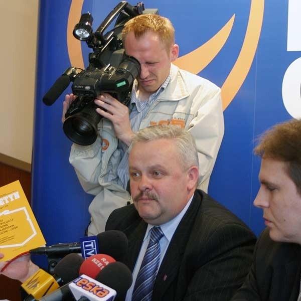Do odwołania zarządu potrzeba głosów radnych koalicji rządzącej - Mirosław Karapyta (z lewej) i Sławomir Miklicz  wierzą, że uda im się je pozyskać