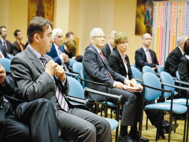 Cenię przedsiębiorców, którzy poszukują ulepszeń – mówi Grzegorz Rzemek, dyrektor regionalny ds. korporacyjnych ING Banku Śląskiego (z lewej)