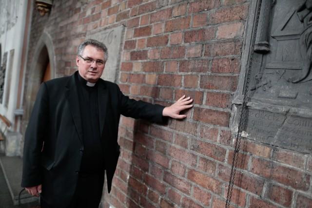 - Prace renowacyjne będą prowadzone na suficie oraz na ścianie północnej i południowej - mówi ks. dr Waldemar Klinger, proboszcz katedry. - Poza prezbiterium i chórem tynki zostaną skute.