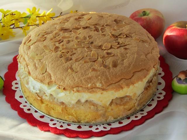 Jabłecznik z bezą i migdałami to pyszne ciasto na niedzielę. Zobaczcie przepis!