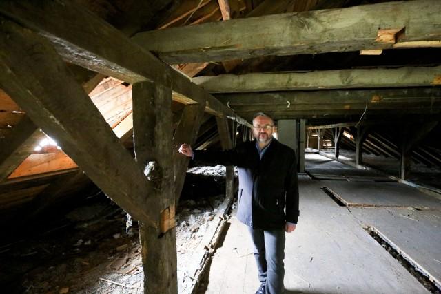 Zabytkowy drewniany dwór z Bobry Wielkiej będzie odnowiony dzięki pieniądzom z Unii Europejskiej.