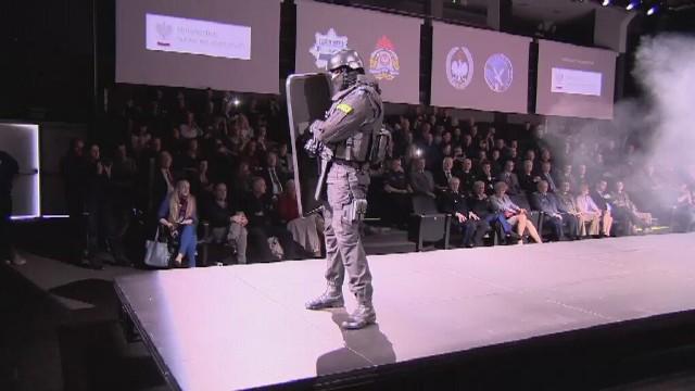 Fashion Week: Pokaz mody policjantów, strażaków i pograniczników [WIDEO]