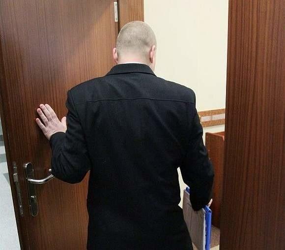 Dariusz B. przed wejściem na salę rozpraw