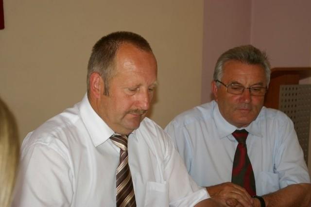 Kazimierz Ostrowski ( z lewej), przewodniczący rady gminy wiejskiej Żary co miesiąc inkasuje 1300 zł, jego zastępca Stanisław Bury ma 1000 zł na miesiąc. Dodatkowo obaj są sołtysami swoich wsi.