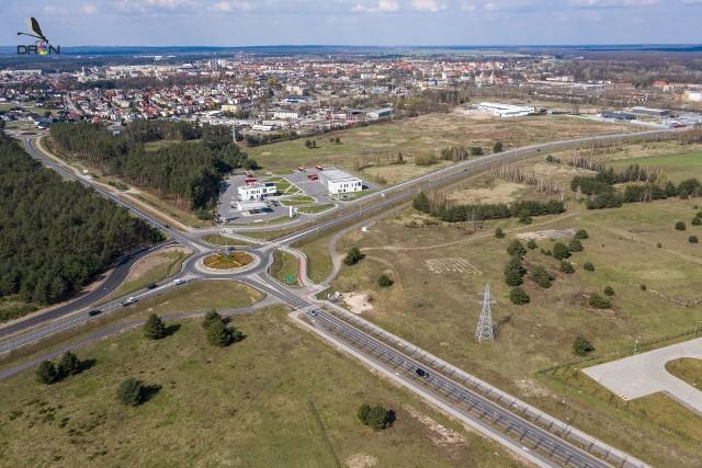 Od ronda Województwa Lubuskiego zaczynają się działki Południowej Strefy Przemysłowej w Nowej Soli. To przy ul. Dolnośląskiej (na zdjęciu biegnącej w prawo) są działki, na które przetarg wygrał senator Robert Dowhan.
