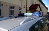 Dzielnicowy policji z Sanoka eskortował samochód z pożądlonym przez pszczoły mężczyzną
