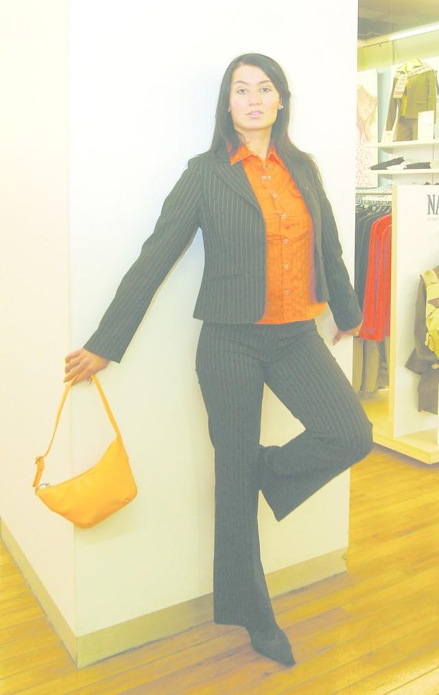 Moda jest po to, żeby z niej brać to co dla nas najlepsze. Jaskrawą, pomarańczową koszulę, można stonować zakładając klasyczny czarny garnitur w prążki. Żeby jednak nie stracić wiosennego powiewu świeżości warto do takiego zestawu dobrać oryginalną, pomarańczową torebkę i w tym samym kolorze pasek do spodni. Modelkę Annę Celeban ubraliśmy w Galerii Centrum w Szczecinie.