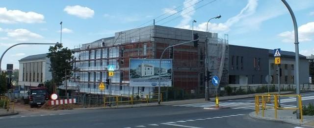 Otwarcie Galerii Kamiennej zaplanowano na 10 października. Na każdym poziomie budynku trwają intensywne prace budowlane. Prowadzi je 15 firm - podwykonawców zatrudnionych przez firmę Rosa-Bud, generalnego wykonawcę.Na ponad 13 tysiącach metrach kwadratowych znajdą się parkingi oraz punkty usługowe i handlowe.