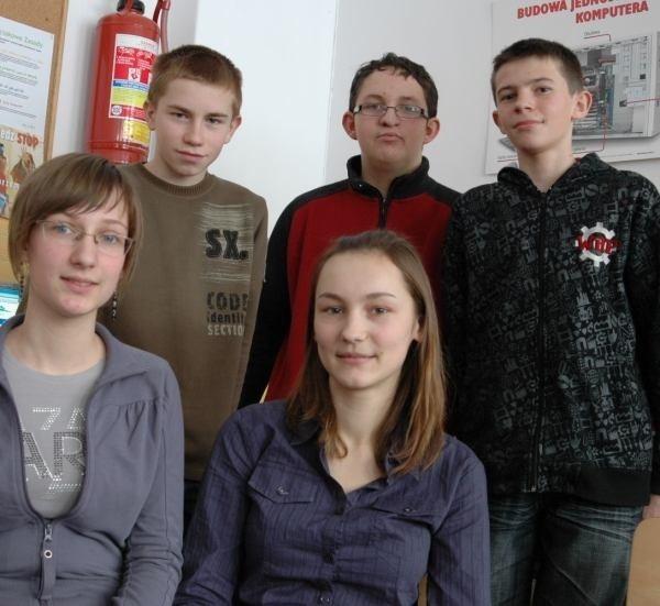 Zespół encyklopedystów z Zębowic, na dole od lewej: Justyna Langosz, Dominika Kossok. U góry: Paweł Kotyś, Jakub Kupilas i Dorian Kossok.