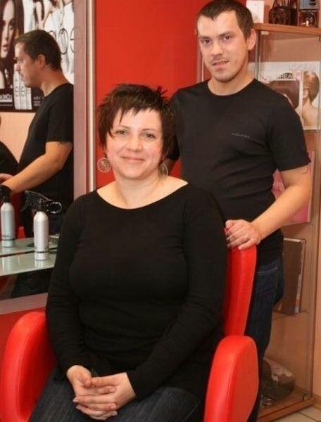 Marcin Kwieciński, fryzjer i stylista z salonu Fabryka Stylu zmienił całkowicie fryzurę pani Eleonory.