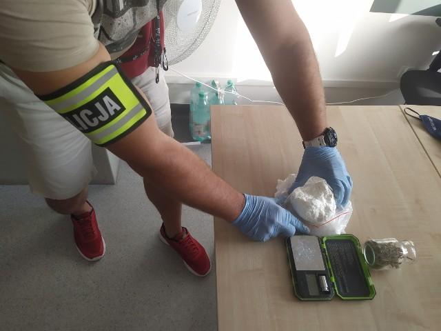 W środę, 14 lipca, policjanci zajmujący się zwalczaniem przestępczości narkotykowej, na podstawie zdobytych informacji i materiałów dowodowych, zatrzymali dwoje mieszkańców Golubia-Dobrzynia. Mężczyzna i kobieta mają po 28 lat.