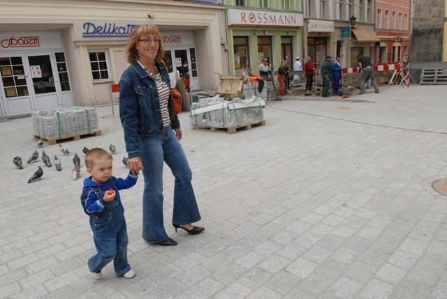 Elżbieta Tajchert spacerowała wczoraj w szpilkach po nowym deptaku i nie narzekała. - Chodzi się nieźle - oceniła.