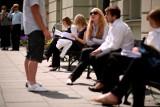 Moda egzaminacyjna: Jak się ubrać, by zachować powagę? Ani klapki i koszulka na naramkach ani garnitur 3-częściowy