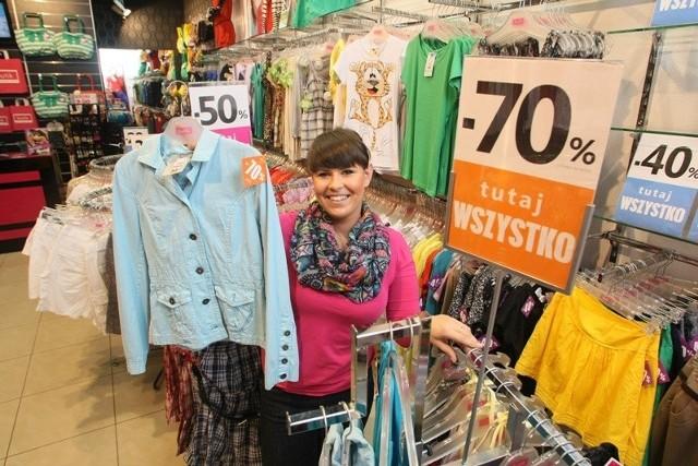 - Butik w Pasażu Świętokrzyskim ma w promocji, która wynosi teraz 70 procent, wiele sukienek, żakietów czy spodni – mówi sprzedawca Aneta Ogrodowicz.