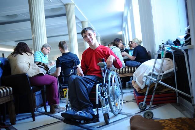 Protest o wsparcie dla osób niepełnosprawnych i ich opiekunów w sejmie