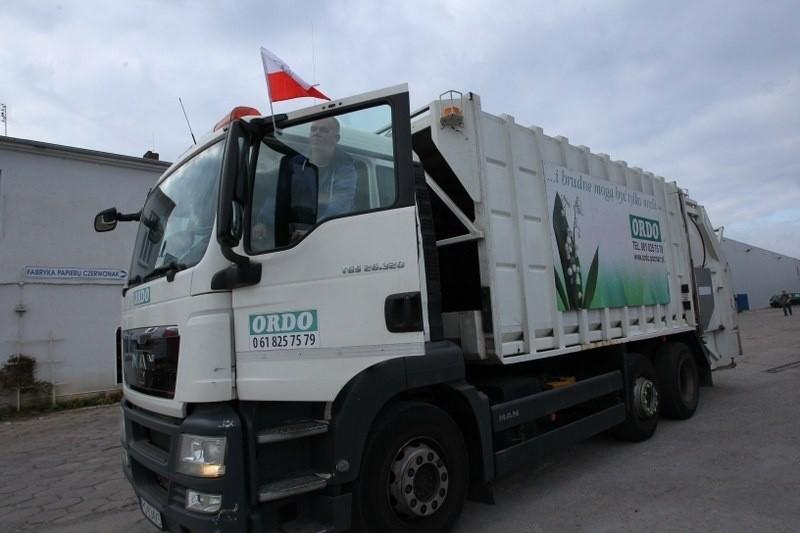 Śmieciarki jeżdżą z polskimi flagami - w ten sposób...