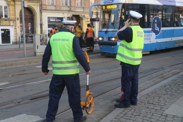 Oględziny torowiska po wykolejeniu tramwaju w marcu 2021 na pl. Bema