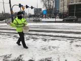 Kraków. Śnieżna zima ponownie zaatakowała miasto. Trwa wielkie odśnieżanie i sypanie soli i piasku [ZDJĘCIA]