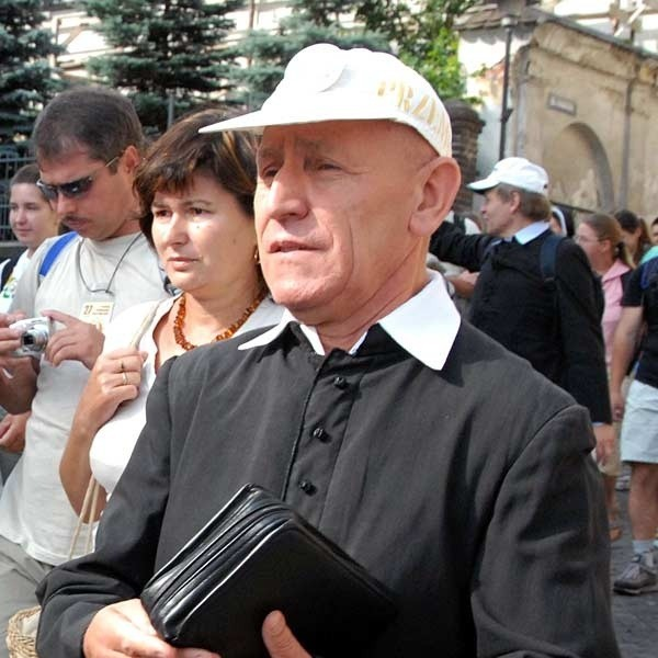 Tego kapłana w białej czapce zna kilka pokoleń pątników. Ks. dr Kazimierz Bełch, archidiecezjalny duszpasterz pielgrzymów i turystów, wykładowca WSD w Przemyślu pielgrzymuje na Jasną Górę już 27. raz! Zdobywca korony Bieszczadów. Organizator rajdów turystycznych. Przez ćwierć wieku dyrektor archidiecezjalnych pielgrzymek do Częstochowy.  Ma 70 lat. Ale maszeruje jak młodzik.