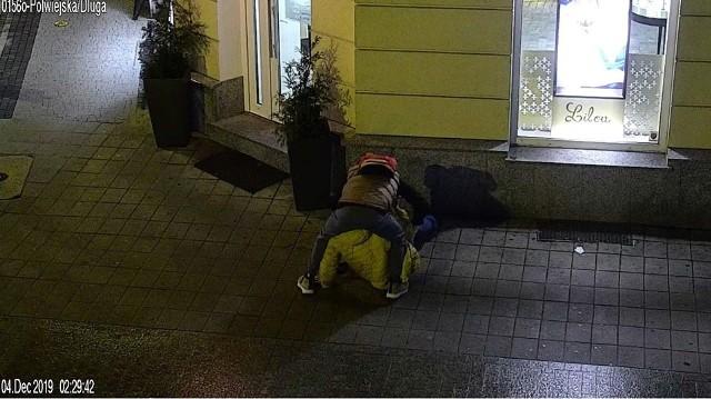 W środę, 4 grudnia około godz. 2.20 na ulicy Półwiejskiej napadnięto przechodzącego tamtędy mężczyznę. Napastnik pobił go i ukradł mu saszetkę, a następnie szybko uciekł w stronę ul. Długiej. Przejdź dalej --->