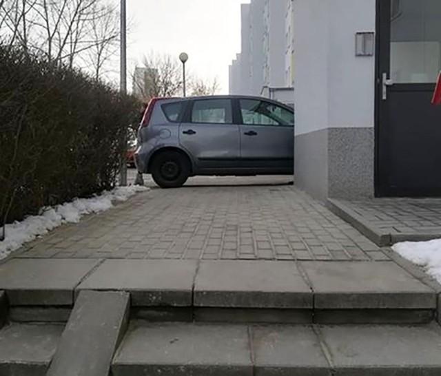 Tym razem mistrza parkowania poniosło na ul. Wyszyńskiego. Zablokował nie tylko chodnik, ale również przejście do klatki schodowej.Kierowca nissana zaparkował samochód na chodniku przy ul. Wyszyńskiego. Zablokował tym samym nie tlyko chodnik, ale również dojście klatki schodowej bloku nr 89. – To już totalne przegięcie. Kierowca zablokował całkowicie przejście i nie widząc problemu stał tak przeszło godzinę –pisze autor zdjęć.WIDEO: Nowa karetka w Zielonej Górze