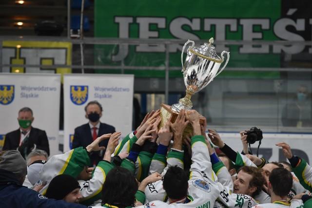 Hokeiści JKH GKS-u Jastrzębie odebrali trofeum i medale za zdobycie mistrzostwa Polski. Srebro przypadło Cracovii.Zobacz kolejne zdjęcia. Przesuwaj zdjęcia w prawo - naciśnij strzałkę lub przycisk NASTĘPNE